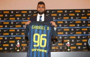 'Gabigol' posa con la camiseta del Inter.
