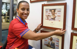 Teresa Perales junto su foto con el MARCA Leyenda en la redacción