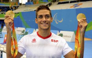 Israel Oliver posa con sus dos medallas de oro.