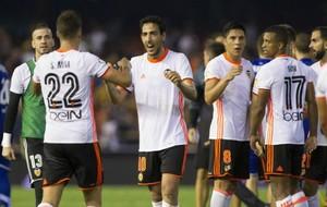 Enzo P�rez celebra junto a Nani la victoria del Valencia