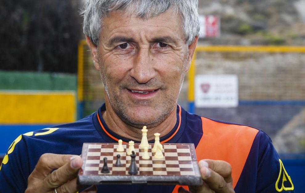 Quique Setién posa para MARCA con un tablero de ajedrez.