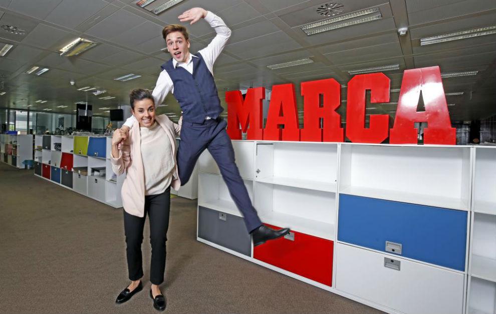 Sara Hurtado y Kirill Khalyavin posan en la redacción de MARCA.