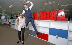 Sara Hurtado y Kirill Khalyavin posan en la redacci�n de MARCA.