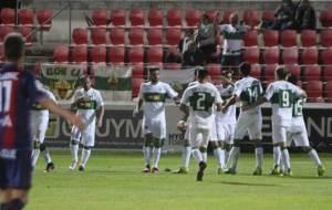 Los ilicitanos celebran uno de los goles marcados el mi�rcoles en El...