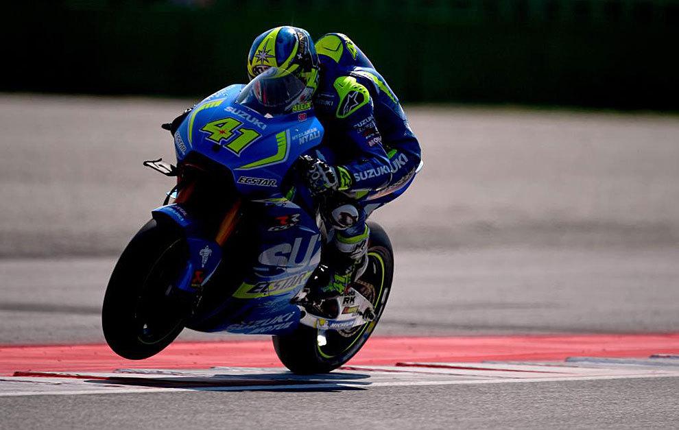 Aleix Espargaró controla su Suzuki tras salir de una curva.