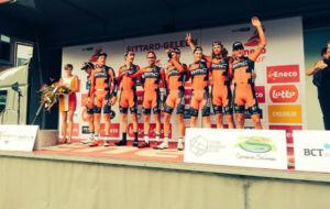 BMC celebra su triunfo en el podio.