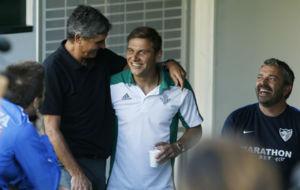 Juande Ramos, saludando a Joaqu�n antes del partido
