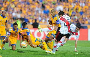 Mercado remata ante la oposici�n de un defensa de Tigres en la final...