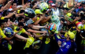 Valentino Rossi, asediado por los fans en Motorland Arag�n.