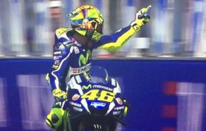 Rossi lanza una 'peineta' a Espargar� tras su incidente en...