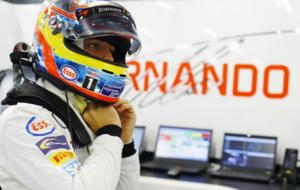 Alonso se prepara en el box para salir a pista en el pasado GP de...