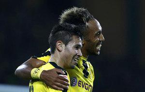 Aubameyang y Guerreiro celebran uno de los goles del Dortmund.