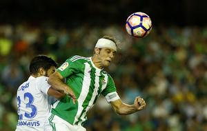 Joaqu�n disputa un bal�n con Torres