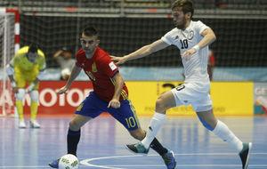 Álex disputa un balón con el kazajo Pershin.