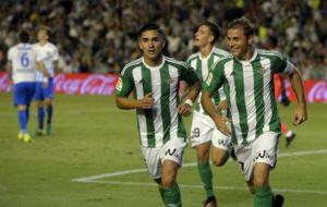 Joaqu�n celebra su gol junto a Felipe Guti�rrez