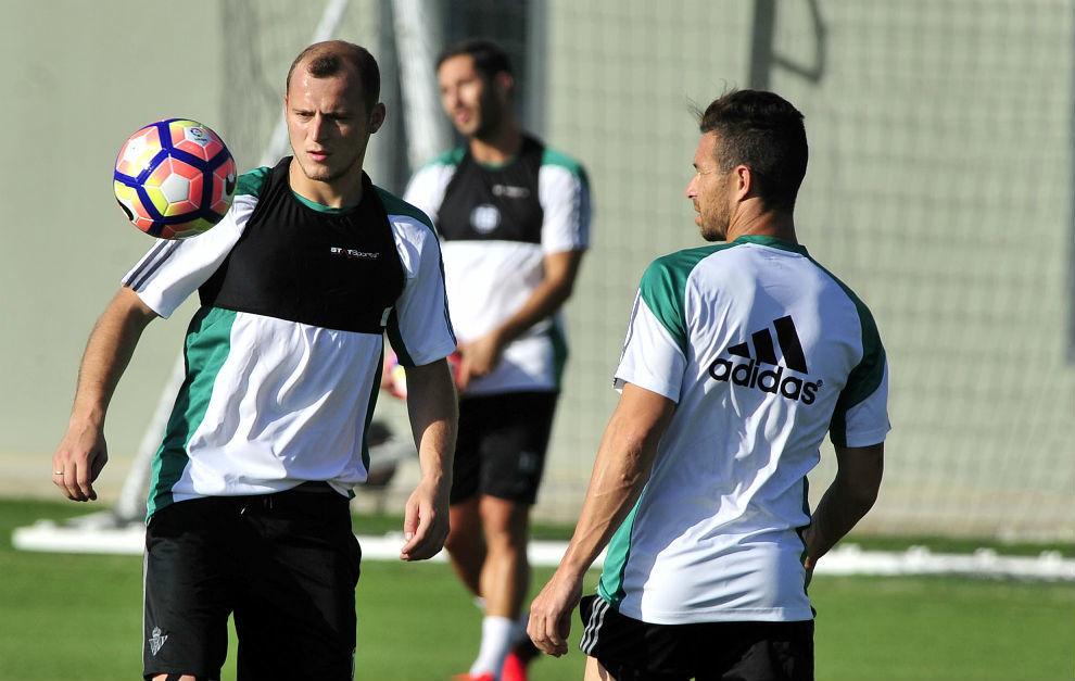 Zozulya, junto a Rubén Castro en un entrenamiento