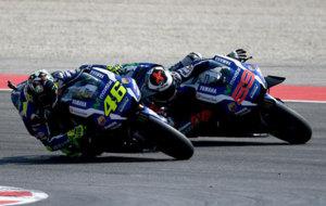 Rossi y Lorenzo, durante el pol�mico adelantamiento del pasado GP de...