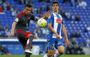Cabral trata de despejar un bal�n frente a Gerard Moreno.
