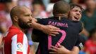 Sergi Roberto y Rafinha se abrazan tras el 0-2