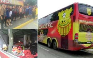 Los jugadores sin sus pertenencias y el bus en el que viajaban durante...