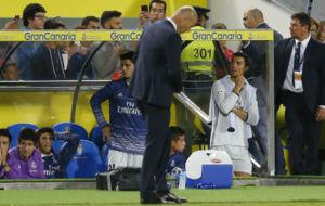 Zidane mira al suelo en el partido ante Las Palmas