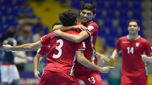 Esmaeilpour y Tavakoli celebran uno de los goles de Irán.