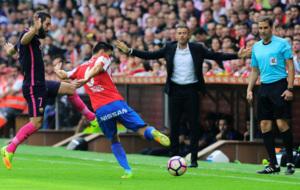 Luis Enrique sigue un lance del Sporting-Bar�a.