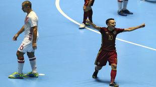 Robinho celebra un gol de Rusia ante la decepción de Fernandao.