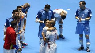 Los jugadores españoles se lamentan después de la derrota ante...