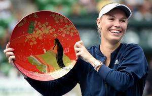 Caroline Wozniacki posa con su trofeo de campeona en Tokio.