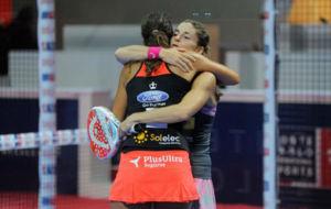 Marta Marrero y Alejandra Salazar se abrazan tras ganar un partido...