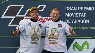 Brad Binder y el director de su equipo, el finlandés Aki Ajo, en el...