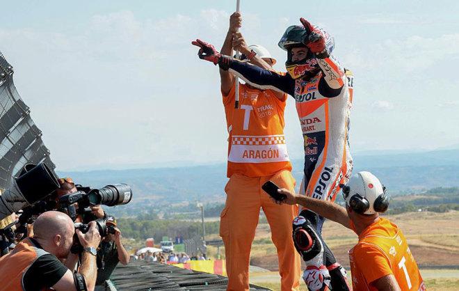 Márquez celebra su victoria en la pista del MotorLand Aragón.
