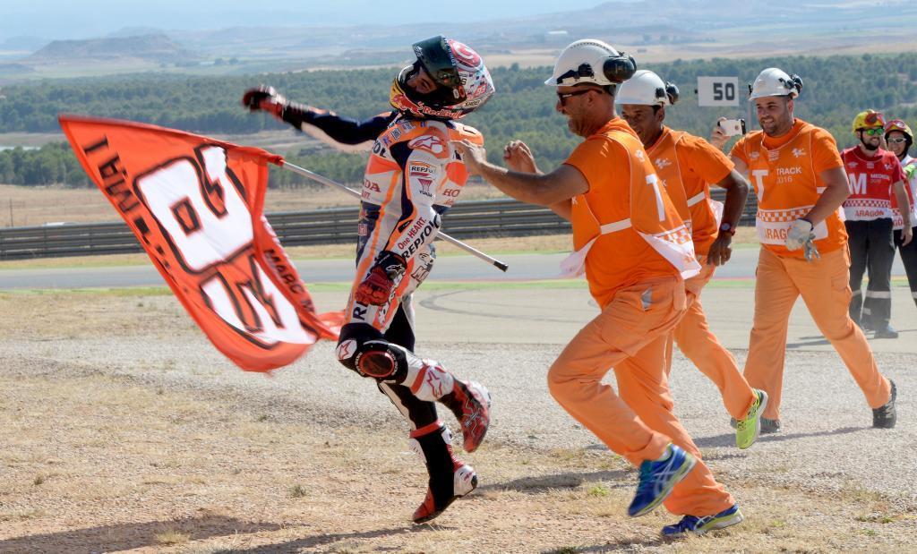 Márquez celebra su victoria con los comisarios del MotorLand Aragón.