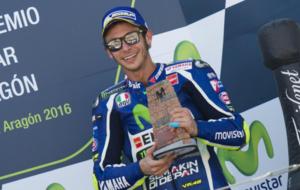 Rossi recoge el trofeo por la tercera plaza lograda en Arag�n