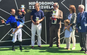 Borja Fayos celebrando la victoria en el Hipódromo de la Zarzuela.