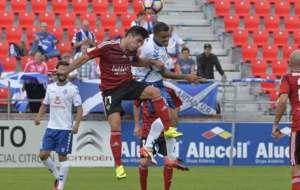 �lvaro Bustos, autor de los dos primeros goles, salta por un bal�n...