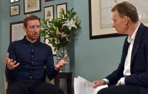 Bradley Wiggins habla con Andrew Marr, de la BBC.