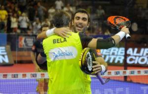 Bela y Lima celebran su triunfo sobre Paquito Navarro y Sanyo.