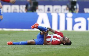 Augusto se duele de la rodilla en el momento de la lesi�n.