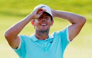 Rory McIlroy celebra su triunfo en el Tour Championship.