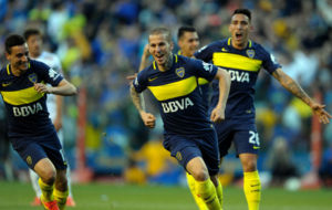 Los jugadores de Boca Juniors celebran un gol.