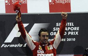 Alonso, en el podio de Singapur 2010