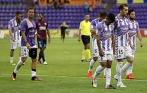 Los jugadores del Valladolid abandonan cabizbajos el terreno de juego