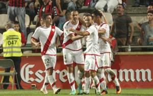 Los jugadores del Rayo celebran con Amaya el gol del empate en Reus