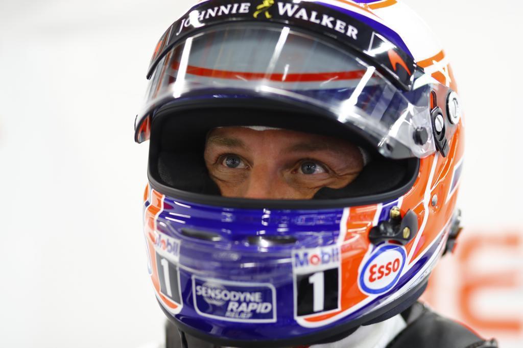 Jenson Button en el box de McLaren en Singapur