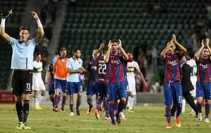 Los jugadores del Levante aplauden a la afici�n desplazada a Elche