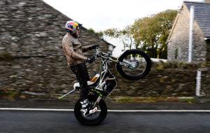 Lampkin sobre una sola rueda en la Isla de Man