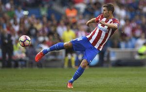 Gabi remata un bal�n durante el partido ante el Deportivo.