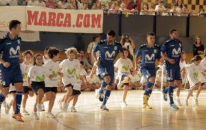 Los jugadores del Inter Movistar, junto a los ni�os en el evento...